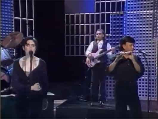Margaret Urlich with Andrew Oh on Flute - Escaping Live